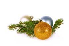 Weihnachtskugeln und -zweig Stockfotografie