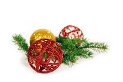 Weihnachtskugeln und -zweig lizenzfreies stockfoto