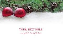 Weihnachtskugeln und Zweig des Tannenbaums auf Schnee. Stockfoto
