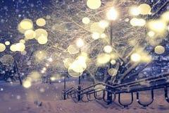 Weihnachtslandschaft mit funkelnden Lichtern Abstraktes Hintergrundmuster der weißen Sterne auf dunkelroter Auslegung Stockfotos