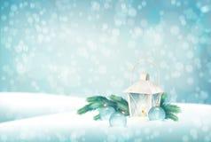Weihnachtslandschaft mit Tannenbaumasten, Laterne, Flitter, Schneeflocken, strukturierter Bretterboden auf abstraktem bokeh Hinte Lizenzfreie Stockfotografie