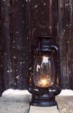 Weihnachtslaterne auf hölzernem Hintergrund der Weinlese im nig Stockfoto