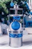 Weihnachtslaterne auf weißem Bretterboden mit blauem Weihnachtsball Lizenzfreie Stockfotos