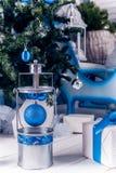 Weihnachtslaterne auf weißem Bretterboden mit blauem Weihnachtsball Lizenzfreie Stockbilder