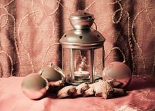 Weihnachtslaterne, -bälle und -plätzchen Abbildung der roten Lilie Lizenzfreie Stockbilder