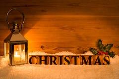 Weihnachtslaterne im Schnee mit Stechpalme Stockfotografie