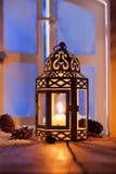 Weihnachtslaterne mit glühender Kerze Stockfotos