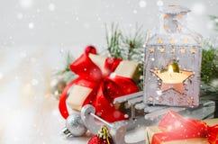 Weihnachtslaterne mit Kerze und Geschenk Stockfotos