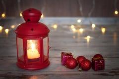 Weihnachtslaterne mit Kerze und kleiner Weihnachtsdekoration Stockfoto