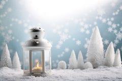 Weihnachtslaterne mit Schneefällen stockfotos