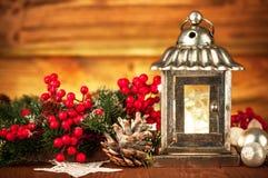 Weihnachtslaterne mit Tanne und Lametta Stockbild