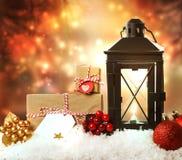 Weihnachtslaterne mit Verzierungen und Geschenken Lizenzfreies Stockfoto