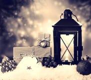 Weihnachtslaterne mit Verzierungen und Geschenken Lizenzfreie Stockbilder