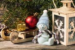 Weihnachtslaterne mit Weihnachtsbaum und Schneemann Stockbild