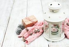 Weihnachtslaterne und -dekorationen Stockfotografie