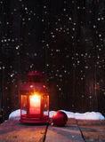 Weihnachtslaterne und -flitter Stockfoto