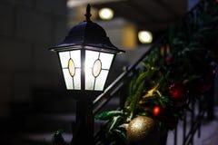 Weihnachtslaterne und gemütliche Lichter Lizenzfreie Stockbilder