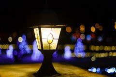 Weihnachtslaterne und gemütliche Lichter Stockfotos