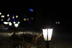 Weihnachtslaterne und gemütliche Lichter Stockfoto