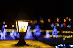 Weihnachtslaterne und gemütliche Lichter Stockfotografie