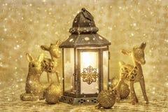 Weihnachtslaterne und goldene Rotwild Stockfotos
