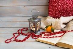 Weihnachtslaternen, Tangerine und rote Perlen auf weißer hölzerner Rückseite Lizenzfreie Stockfotografie