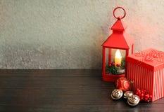 Weihnachtslaternenrot mit Geschenkbox und silbernen Glocken stockbilder