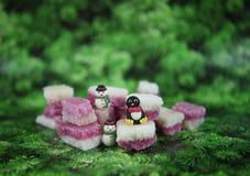 Weihnachtslebensmittel-Fotografiebild mit altmodischem englischem Kokosnusseis behandelt mit netten Schneemann- und Pinguindekora Stockbild