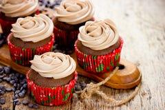 Weihnachtslebensmittel - Schokoladenkleine kuchen verzierten mit Sahne Käse Lizenzfreie Stockfotos