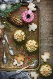 Weihnachtslebensmittelhintergrund - festliche kleine Kuchen mit Butter sahnen a Stockbild