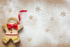Weihnachtslebensmittelhintergrund mit Lebkuchenmann Stockfotos