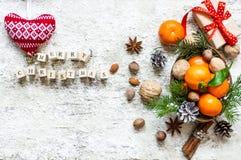 Weihnachtslebensmittelhintergrund mit Text der frohen Weihnachten auf Holzklötzen Stockbilder