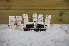 Weihnachtslebensmittelphotographie des traditionellen Kuchens und der Eibische geformt als Schneemann mit der Zuckerglasur benutz Lizenzfreie Stockbilder