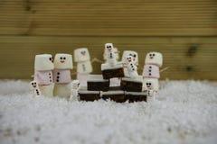Weihnachtslebensmittelphotographie des traditionellen Kuchens und der Eibische geformt als Schneemann mit der Zuckerglasur benutz Lizenzfreie Stockfotografie