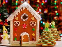 Weihnachtslebkuchen-Haus mit Dekoration, Weihnachtsnahrung stockfoto