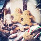 Weihnachtslebkuchen-Männer mit festlichen Gewürzen Gebrauch als Musterfülle, Hintergrund Lizenzfreies Stockbild