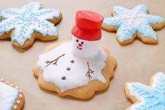 Weihnachtslebkuchen mögen Schneemann und Schneeflocken schmelzen lizenzfreies stockfoto