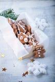 Weihnachtslebkuchen mit Feiertagsdekoration Stockfotos