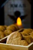 Weihnachtslebkuchen-Pfefferplätzchen im hölzernen Kasten Brennende Kerze mit Engelszahl im Hintergrund Gemütliche festliche Atmos Stockbilder