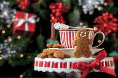 Weihnachtslebkuchen-Plätzchen mit heißem Getränk Lizenzfreie Stockfotos