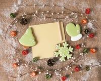 Weihnachtslebkuchen und Grußkarte für Text Aufbau des neuen Jahres Stockbilder