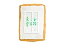 Weihnachtslebkuchenfenster mit Bäumen und Schnee Stockfotos