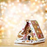 Weihnachtslebkuchenhausdekoration stockbild