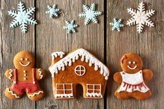 Weihnachtslebkuchenpaare und Hausplätzchen Stockbild