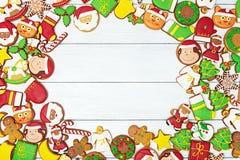 Weihnachtslebkuchenplätzchen auf hölzernem Hintergrund Stockbilder