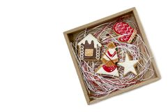 Weihnachtslebkuchenplätzchen in einer Geschenkbox Lizenzfreie Stockfotos