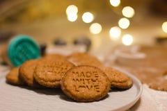 Weihnachtslebkuchenplätzchen gemacht mit Liebe stockbild