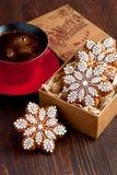 Weihnachtslebkuchenplätzchen mit Kaffeetasse Stockfoto