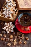 Weihnachtslebkuchenplätzchen mit Kaffeetasse Stockbilder