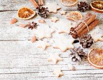 Weihnachtslebkuchenplätzchen spielt auf einem Holztisch und Plätzchenschneidern, selektiver Fokus die Hauptrolle Lizenzfreies Stockbild